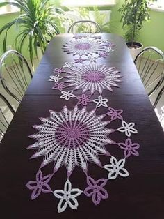 Sandra Roque Artesanatos: trilho de mesa espiral flor estrela Crochet Table Topper, Crochet Table Mat, Crochet Table Runner Pattern, Crochet Tablecloth, Crochet Dollies, Crochet Diy, Crochet Motif, Crochet Flowers, Crochet Flower Tutorial