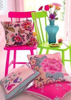Sillas #color neón, cojines coloridos, flores, elementos que le dan #color a tus espacios.