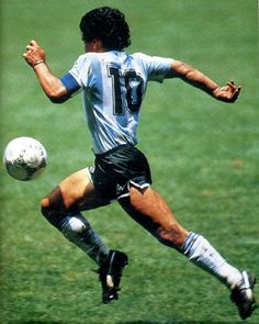 Diego Armando Maradona was the greatest palyer ever. He scored the best goal in the history of world cup. This is Maradona on 'El gol del siglo' scored against England during the mexico's 86 world cup. Sports Football, Football Images, Retro Football, Sports Stars, Lionel Messi, Cr7 Messi, Neymar, Good Soccer Players, Best Football Players