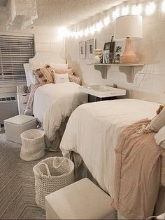 31 Dorm Decorations You Will Definitely Want To Copy : I am literally going to copy this exact dorm room decor Decorating your dorm room is such a fun part of moving into college! These are the best dorm decorations to use this year. College Bedroom Decor, Cool Dorm Rooms, College Dorm Decorations, Room Ideas Bedroom, College Dorm Rooms, Doorm Room Ideas, Pink Dorm Rooms, Girl College Dorms, Dorm Room Pictures