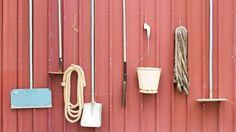 Sæsonen for havearbejde er ved at være forbi, og det er på tide at sende haveredskaberne i vinterhi. Her er de gode råd til at opbevare haveredskaberne vinteren over.
