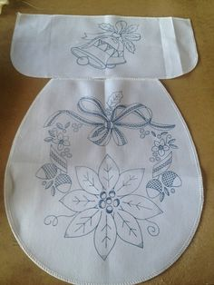 me gusta  el molde , porque no le he visto en otra parte Christmas Sewing, Christmas Embroidery, Christmas Fabric, Crochet Flower Patterns, Embroidery Patterns, Crochet Towel Topper, Cross Stitch Bookmarks, Free Christmas Printables, Fabric Painting