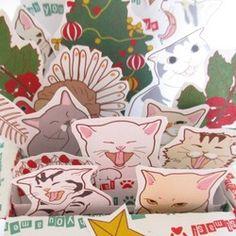 【受注製作】ポップアップカードを作ってみました。猫&クリスマス仕様です。畳むと一応ぺったんこになります(ちょっとふっくらですが)。開くとボックス状になり、ちょっとビックリ!メリークリスマスの文字+書き込み用カード+★数個は、お好きなところにあとから貼れるように裏に両面テープを貼ってお届けします。ちびちびガーランドも追加しました。 <サイズ>約14x14cm(閉じた場合) デジタルプリント 画用紙と厚紙印刷  �%8