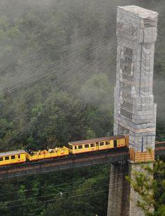Le Train Jaune, a turnê The Pyrenees Le Train Jaune leva através das belas paisagens dos Pirinéus Em um ponto, o trem viaja a uma altura de 1.600 metros acima do nível do mar