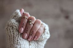 knuckle rings and dot tattoos - so cool