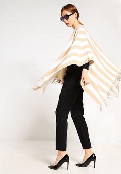 ¡Consigue este tipo de poncho de Weekend Maxmara ahora! Haz clic para ver los detalles. Envíos gratis a toda España. WEEKEND MaxMara GIUNTO  Poncho beige/creme/white: WEEKEND MaxMara GIUNTO  Poncho beige/creme/white Ofertas   | Material exterior: 80% lana, 20% poliamida | Ofertas ¡Haz tu pedido   y disfruta de gastos de enví-o gratuitos! (poncho, poncho, poncho, poncho, poncho, poncho, ponchos)