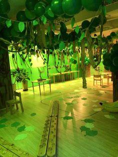 Die Deko muss passen, wenn Du eine authentische Dschungelparty für Deinen Kindergeburtstag planst. Wie wäre es hiermit? Weitere passende Ideen für Essen, Deko, Spiele und Give-aways für Deine Kindergeburtstagsparty findest Du auf blog.balloonas.com #kindergeburtstag #balloonas #party # safari # dschungel #tiere #deko
