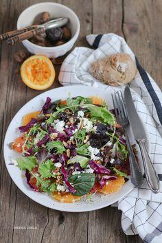Wintersalat aus Orangen, Orangen, Rotkohl, Babysalat, Walnüssen und Feta und ein einfaches Rezept für selbstgebackene Brötchen