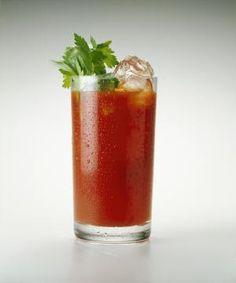 Le Bloody Mary, tout le monde connaît : du jus de tomate, une dose de vodka, une branche de céleri… Et puis ? Découvrez la recette du vrai Bloody Mary et les légendes plus ou moins sanglantes qui se rattachent à ce détonnant cocktail. L'histoire...