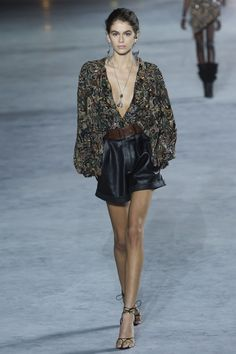 Saint Laurent Spring 2018 Ready-to-Wear Collection Photos - Vogue Fashion Week 2018, New Fashion, Runway Fashion, High Fashion, Fashion Outfits, Fashion Trends, Paris Fashion, Saint Laurent, Runway Models