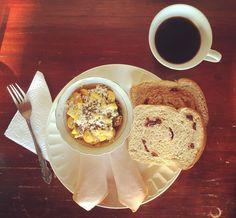 #healthybreakfast: porción de #Uchuvas con mango, #AvenaEnHojuelas y #Chía, jamón de pavo de @pietran_oficial, pan 🍞 de #Arándanos de @artesano_naturalcafe y el #PropioCaféDeOllita hecho por mi mamá, endulzado con panela #MadeInAtanquezCity, al mejor #EstiloKankuamo #NadaMejorQueElHotelMamá 🍽! #ResplandecienteDía!