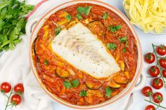 Ovenschotel kabeljauw in tomatensaus Fish And Seafood, Thai Red Curry, Quiche, Healthy Life, Healthy Recipes, Healthy Food, Keto, Pasta, Meals
