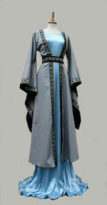 Houppelande outer garment with border. Under dress of light blue satin. It looks like something Catelyn Tully from Game of Thrones would wear. Medieval Fashion, Medieval Clothing, Historical Clothing, Gypsy Clothing, Steampunk Clothing, Costume Original, Medieval Costume, Medieval Gown, Medieval Dress Pattern