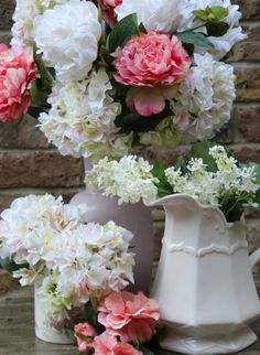 Pastel and white flowers by Gisela Graham #Wedding #ChelseaFlowerShow
