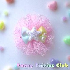ハンドメイドマーケット+minne(ミンネ)|+キラキラフリフリクリップ付きブローチ(ピンク) Baby Hair Clips, Baby Jewelry, Diy Hair Bows, Diy Hair Accessories, Baby Bows, Diy Hairstyles, Decor Crafts, Cute Art, Headbands