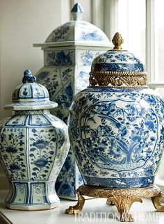 In classic colors, ginger jars add volume and pattern on the window sill. - Photo: Gordon Beall