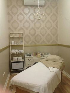 Shabby chic luxe and glamour. Wallpaper warm whites and gold Massage Room Decor, Massage Therapy Rooms, Spa Room Decor, Home Decor, Bedroom Decor, Beauty Treatment Room, Facial Treatment, Massage Treatment, Acupressure Treatment