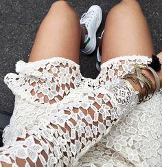 On ne se lasse pas du duo dentelle blanc cassé/baskets blanches ! (robe ba&sh - instagram Audrey Lombard)