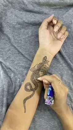 Body Art Tattoos, Tattoo Drawings, Hand Tattoos, Small Tattoos, Maori Tattoos, Tatoos, Ankle Henna Tattoo, Simple Henna Tattoo, Mandala Tattoo