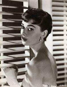 Audrey Hepburn Classic Hollywood x 19 B&W Picture Carole Lombard, Marlene Dietrich, Brigitte Bardot, British Actresses, Actors & Actresses, Elvis Presley, Classic Hollywood, Old Hollywood, Hollywood Photo