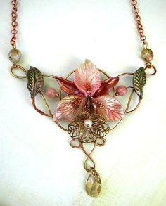L'ultimo lavoro su commissione è stato questo collier, realizzato con struttura in filo dorato, parzialmente smaltato color rame, con orchid...