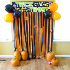 Halloween Photobooth / photo backdrop I just made from dollar store items for $ 4!! Great for any Halloween party. Instead of taking pictures of your kids in their costumes on the porch or by the stairs, put them in front of this!