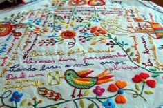 Da tradição de lenços com escritas de amor nasce uma marca onde (quase) tudo é passível de ser transformado. A Namorar Portugal foi buscar a tradição das bordadeiras e há já dezenas de produtos inspirados nos lenços dos namorados.