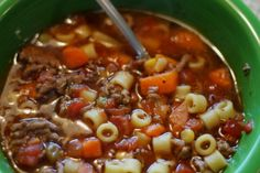 Με λίγο μοσχαρίσιο κιμά, πολλά λαχανικά και μια χούφτα ζυμαρικά ετοιμάζουμε κρεατόσουπα που όλους θα τους χορτάσει χωρίς να αδειάσει το πορτοφόλι. Σούπερ γιατρικό για να αποφύγετε τη γρίπη, να φροντίσετε ήδη γριπιασμένους ή να ανακτήσετε δυνάμεις αν αναρρώνετε. Greek Recipes, My Recipes, Soup Recipes, Favorite Recipes, Greek Menu, The Kitchen Food Network, Mince Meat, International Recipes, Deli