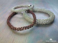 Pulseras tubulares tejidas en hilo de plata o cobre esmaltado. EVACLEMENTE. Beaded Bracelets, Jewelry, Fashion, Enamels, Copper, Templates, Silver, Bangle Bracelets, Jewels