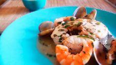 Merluza gallega en salsa verde acompañada de gambas y almejas.
