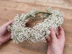 Make a Child's Gypsophila Wreath - Mariage - # eines . Diy Flower Crown, Flower Crown Hairstyle, Diy Crown, Floral Crown, Diy Flowers, Flower Crowns, Wedding Wreaths, Wedding Bouquets, Wedding Flowers
