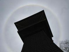 【虹の輪】平成23年5月3日、虹の帯と虹の輪が現れました。写真は、虹の輪と時報堂です。