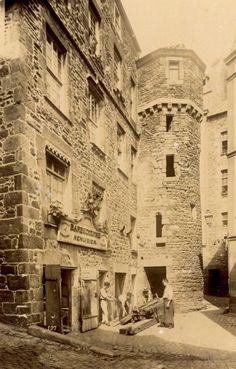 Étymologie et histoire de SAINT-MALO. Saint-Malo tire son nom du moine breton Maclow, Maclou ou Malo originaire du pays de Gwent (Pays de Galles), dans la Cambrie méridionale. Saint-Malo succède à l'ancienne cité gallo-romaine d'Aleth (aujourd'hui en Saint-Servan). Cette place forte a été conquise en 56 avant Jésus-Christ, par les troupes de César. La cité d'Alet ou Aleth est entourée au IVème siècle de remparts[..]On prétend que l'Ile Harbour aurait été le port primitif d'Aleth[..] Monuments, Saint Servan, Canton, French Stuff, Saints, France, Photos, Wales, Jesus Christ