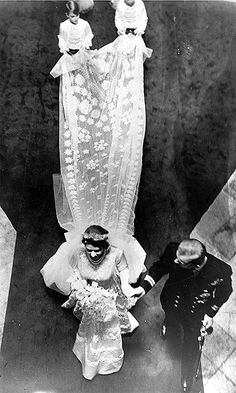 Royal Wedding: Queen Elizabeth II and Prince Philip's Westminster Abbey nuptials - Photo 4 Queen Elizabeth Wedding Day, Elizabeth Queen, Elizabeth Philip, Norman Hartnell, Royal Brides, Royal Weddings, Princesa Anne, Queens Wedding, Princess Photo