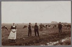 Weidegezicht in de Schaalsmeer bij Volendam. Op de voorgrond de Nijkerker maaiers Karel Lodeesen en Jan Verhoef. Links Griet van Volendam, boerenmeid bij de weduwe W. Brandjes. 1906 #NoordHolland #Volendam