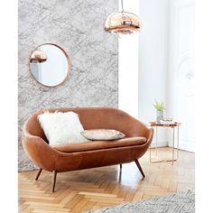 Canapé en cuir cognac Home Run - Maisons du Monde. Campé sur ses pieds obliques en chêne massif, ce canapé vintage revendique son originalité avec ses lignes arrondies et épurées.