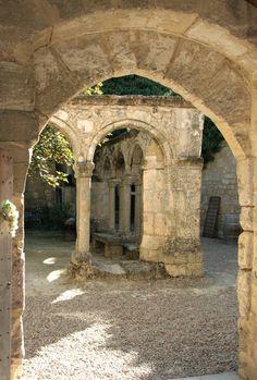 LE CLOÎTRE DES CORDELIERS - Juridiction de Saint-Émilion- 1) Les Cordeliers élaborent des vins effervescents à St-Emilion depuis 1892, dans les caves souterraines du cloître du XIV°s des Cordeliers. Classé M.H., ce magnifique vestige du second monastère fut établi à l'origine par les moines Franciscains, le 1° couvent se trouvant hors des murs de la ville ayant été détruit.