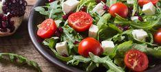Zutaten: 75 g Vogerlsalat; 75 g Rucolasalat; 1 Handvoll Kürbiskerne; 100 g Speckwürfel; 1 Rolle Schafkäse in Scheiben; 2 Handvoll Semmelwürfel; 0,5 rote Zwiebel; 4 EL Aceto Balsamico; 3 EL Olivenöl oder Kernöl; 1 Prise Salz; 1 Prise Pfeffer! Mehr dazu auf der ADEG Website! Snacks, Caprese Salad, Vegetables, Breakfast, Food, No Sugar, Fresh, Tomatoes, Food Portions