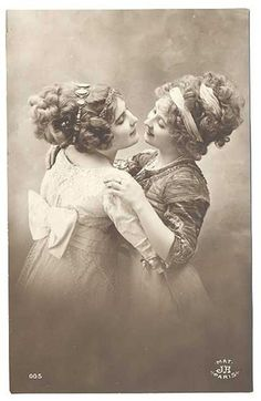 vintage everyday: Secret Lesbians – 16 Romantic Photographs of Queer Women Couples from the Victorian Era Couples Vintage, Vintage Abbildungen, Vintage Lesbian, Vintage Beauty, Vintage Romance, Vintage Humor, Lesbian Love, Lesbian Pride, Lesbian Couples