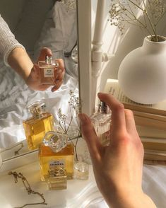 how to make perfume Gold Aesthetic, Classy Aesthetic, Aesthetic Vintage, Aesthetic Photo, Aesthetic Pictures, Flower Aesthetic, Images Esthétiques, Studyblr, Foto Pose