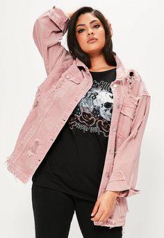 Übergroße Jeansjacke im Fashion Style Inspirations - Mode Und Outfit Trends Pink Denim Jacket, Denim Jacket Fashion, Oversized Denim Jacket, Distressed Denim, Denim Style, Retro Stil, Vintage Stil, Plus Size Maxi Dresses, Outfits