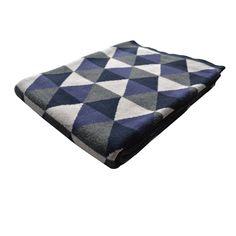 Plaid en coton Snacka - Probablement l'accessoire textile phare de l'hiver, le plaid 100% coton fait son come-back à travers une esthétique pop et graphique ! Recouvert d'un all-over de formes géométriques, ce plaid au confort tactile évident mise sur des coloris qui réchauffent votre intérieur ! Fonctionnels et visuellement efficaces, ces plaids au design intemporel s'imposent avec style sur tous vos fauteuils, lits et canapés pour ne plus jamais vous quitter…