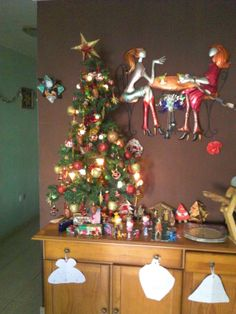 adornos realizados con bolas tergopol y purpurinas Christmas Tree, Holiday Decor, Home Decor, Balls, Jelly Beans, Ornaments, Bangle Bracelets, Teal Christmas Tree, Homemade Home Decor