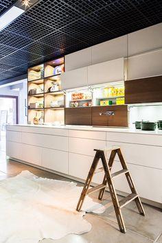 Show Room da Grife de Cozinhas Leicht por Mauricio Arruda - Cozinha Com Ilha - Banquetas - Banquetas para Cozinha - Stool One - Decora GNT - Ilha de Madeira - Bancada de Madeira - Marcenaria - Móveis Planejados - Nichos - Armário de Cozinha - Cozinhas Decoradas - Decoração de Cozinha - Kitchen Design - Leicht - #BlogDecostore - HomeDecor