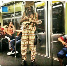 Is this love, is this love, is this loveIs this love that I'm feeling? Foto: @cavalcantejoao  #metrosp #metro #subway #subwaypeople #artistaderua #reggae #bob #bobmarley #sampa #saopaulo #isthislove