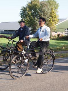 Twee oudjes op de fiets met de klompjes aan.Friesland Holland