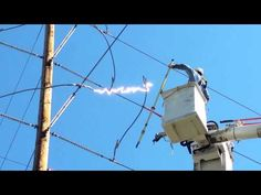 WebBuzz du Couper une ligne haute tension-Cutting high voltage power line Journeyman Lineman, Power Lineman, Haute Tension, Line Worker, Tesla Coil, Amazing Gifs, Changing Jobs, High Voltage, Electrical Engineering