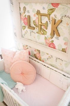 This floral wallpaper from @anthropologie is a show-stopper in this vintage glam nursery!