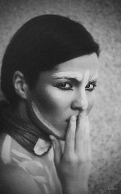 A veces, pensamos demasiado, otras veces sentimos demasiado. Pensamos y sentimos que ser muy sensible es algo negativo y que ser demasiado emocional un defecto. Pero sentir realmente es muy bello porque significa vivir. Y la sensibilidad puede ser muy positiva mientras encuentras el equilibrio. Atreverse a sentir la belleza de las emociones! Portrait Photography