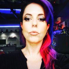 Olho caído SEM pálpebra gordinha faz bate-cabelo com cantos esfumados mais escuros e muito rímel na parte de cima - se tiver cílios postiços de metadinha, melhorô!!  #truquesdemaquiagem #olhocaido #arrasa